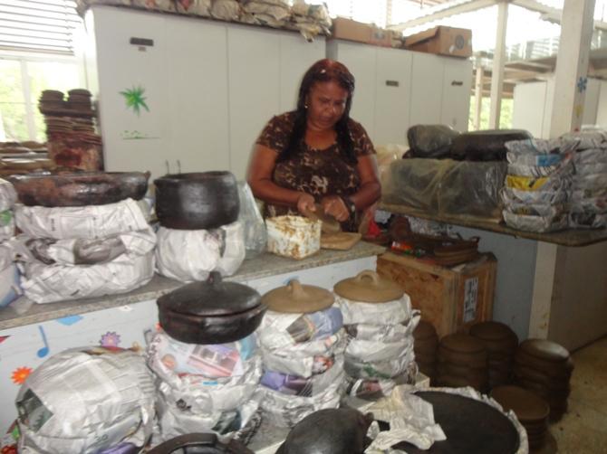Artesã, Valdinea Lucidato, explica o procedimento de fabricação / Crédito: Ana Elisa Teixeira