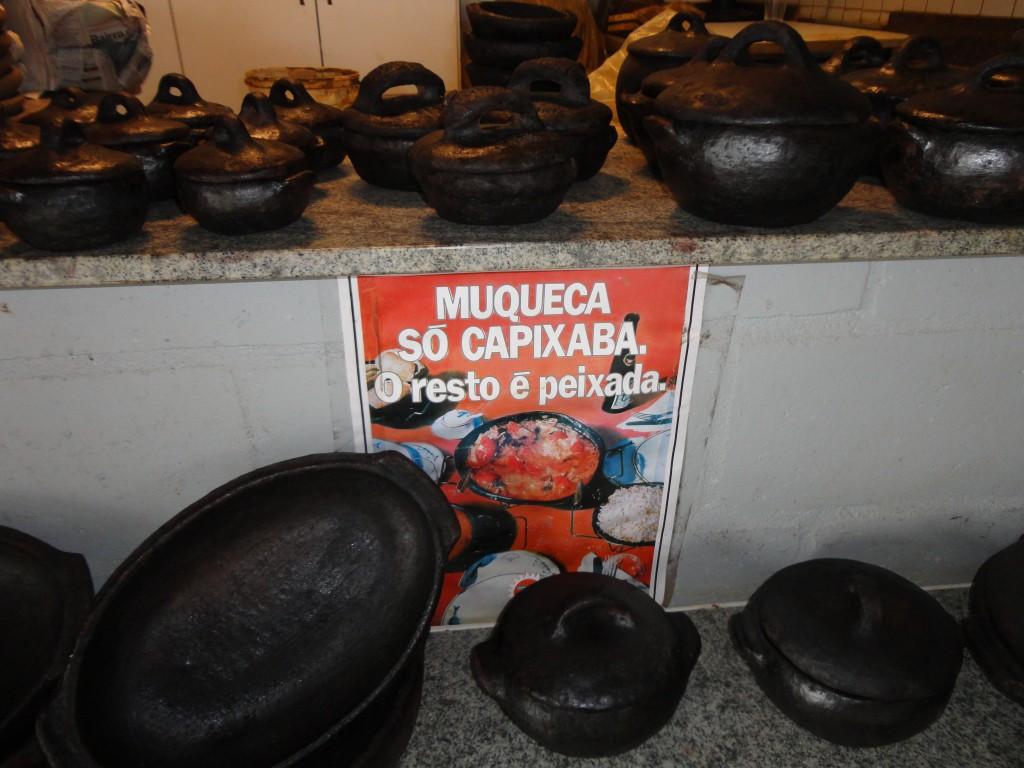 Lojinhas dentro do galpão vendem a autêntica panela capixaba / Crédito: Ana Elisa Teixeira