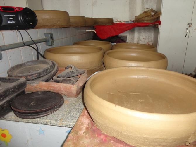 Panelas de barro no processo de secagem / Crédito: Ana Elisa Teixeira