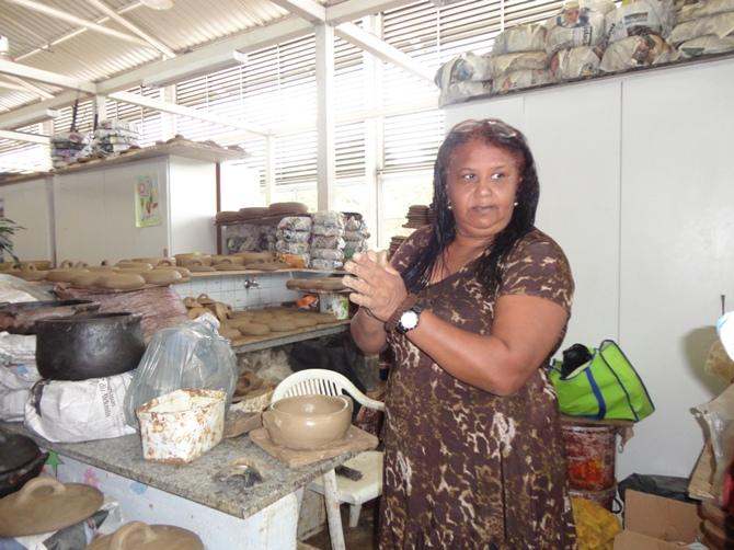 Valdinea começa a fazer a modelagem da argila / Crédito: Ana Elisa Teixeira
